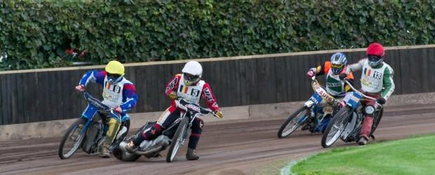 Sambata, 28 septembrie 2013, a avut loc pe pista stadionului Vointa din Sibiu, etapa a VII - a din Campionatul Intern Individual de Speedway (dirt-track). La startul competitiei s-au aliniat...